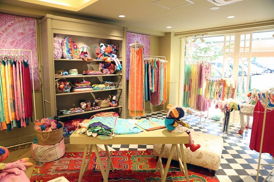 店内には、カラフルなカラーとプリントのランジェリーやヨガウェア、服が並びます。