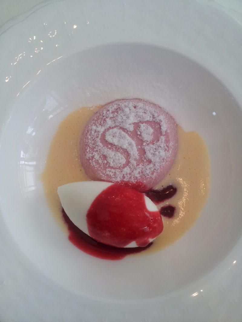 """ランチのデザートは、『SIMONE PERELE』のロゴが入った""""フランボーズのブランマンジェ ヨーグルトのアイスクリーム添え""""でした。"""